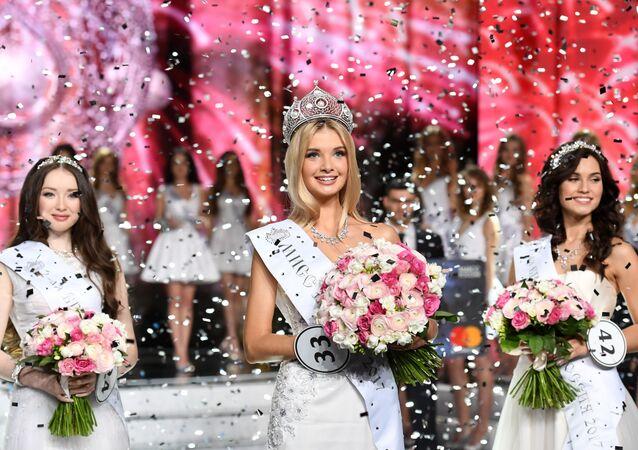 Las ganadoras del concurso Miss Rusia 2017: la segunda finalista, Albina Ajtiámova (República de Baskortostán), Miss Rusia, Polina Popova (región de Sverdlovsk), y la primera finalista, Xenia Alexándrova (Moscú)