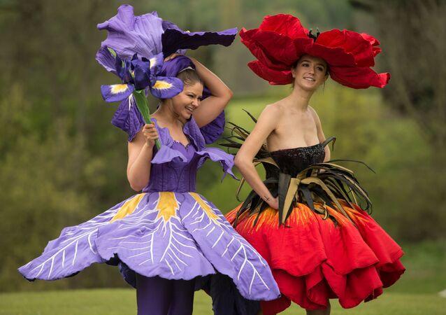 Las modelos en vestidos 'florales' en el marco de la Exhibición de Flores de primavera en Yorkshire, Inglaterra