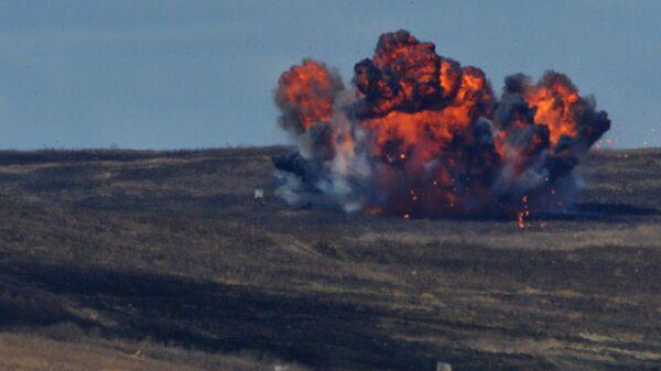 Una explosión de una bomba durante unos ejercicios, imagen ilustrativa - Sputnik Mundo