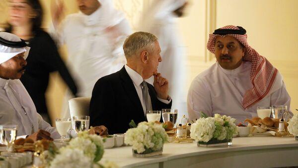El secretario de Defensa de EEUU, James Mattis, y su par catarí, Khalid bin Mohammad al Attiyah - Sputnik Mundo