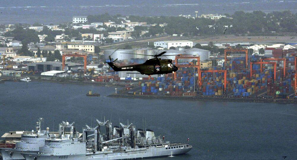 Helicóptero sobrevuela el puerto de la ciudad de Yibuti, 17 de marzo de 2011