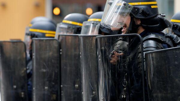 Riot police in Paris - Sputnik Mundo