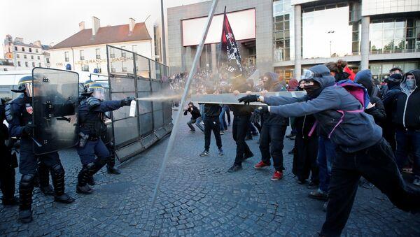Enfrentamientos entre manifestantes y la policía en París - Sputnik Mundo