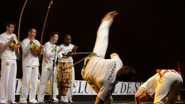 Demostración de capoeira por el grupo Senzala Evry en Francia - Sputnik Mundo
