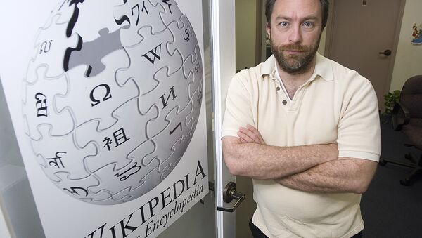 Wikipedia founder Jimmy Wales stands in the doorway to his office Friday, Dec. 1, 2006 in St. Petersburg, Fla. - Sputnik Mundo