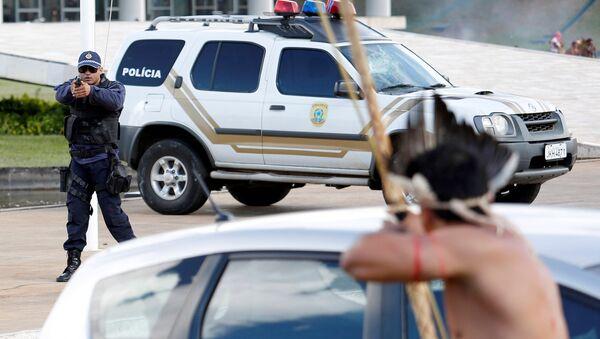Policías e indígenas se enfrentaron en Brasil - Sputnik Mundo