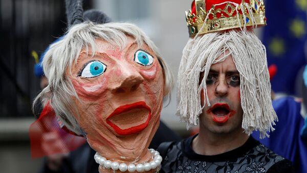 Una muñeca de la ministra británica Theresa May - Sputnik Mundo
