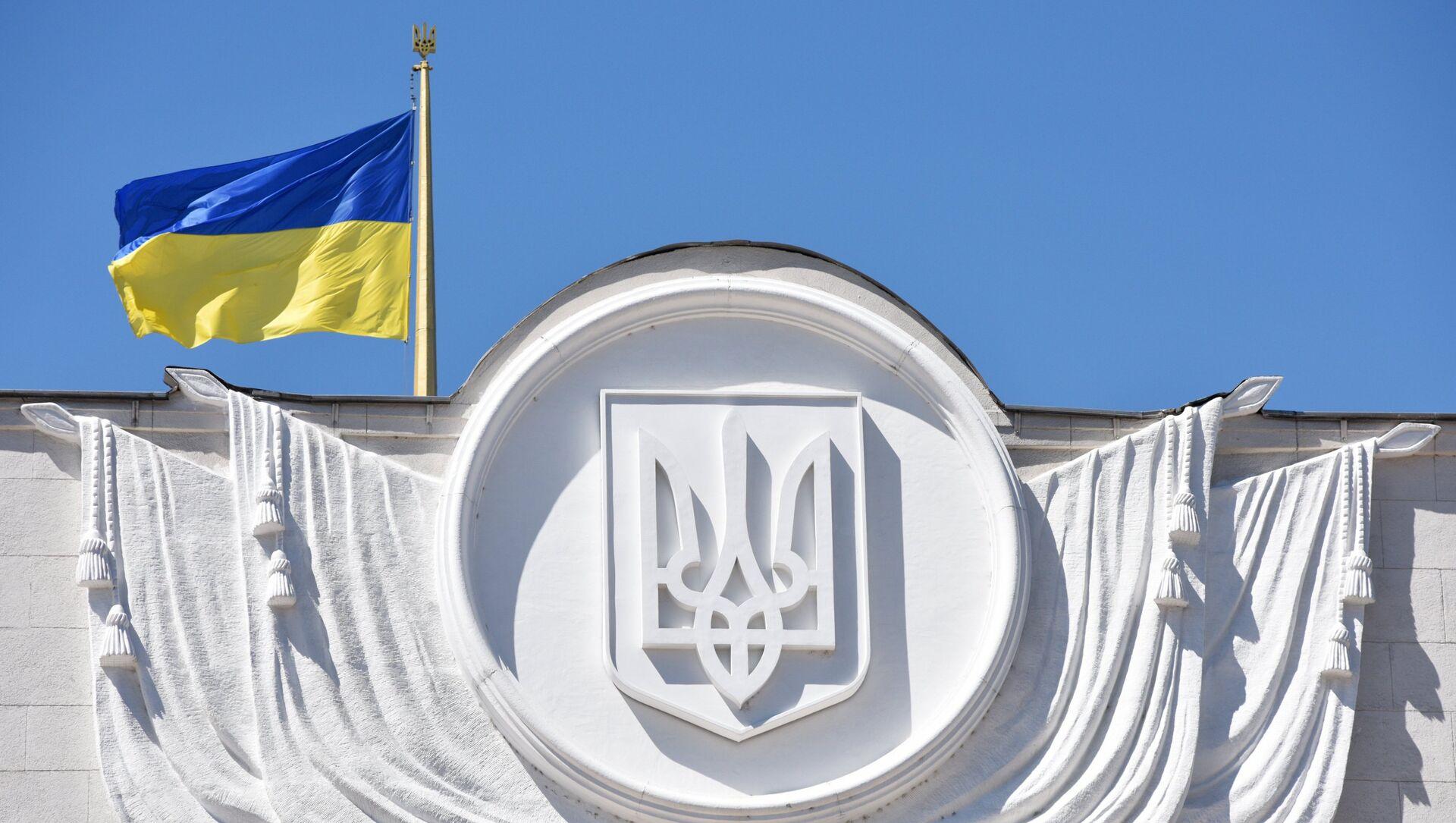 La bandera de Ucrania en el edificio de Rada Suprema en Kiev - Sputnik Mundo, 1920, 09.02.2021