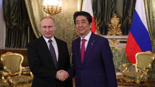 Vladímir Putin, presidente de Rusia, y Shinzo Abe, primer ministro de Japón (archivo) - Sputnik Mundo