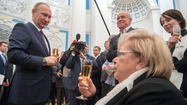 Vladímir Putin entrega las medallas del Héroe del Trabajo - Sputnik Mundo