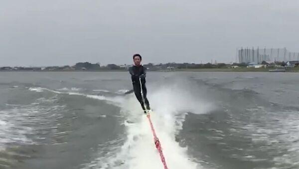 Un pez volador 'ataca' a un esquiador justo en sus partes pudendas - Sputnik Mundo