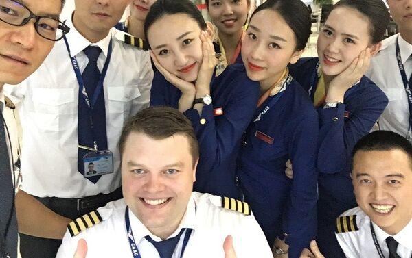 Un piloto ruso y sus colegas chinos - Sputnik Mundo