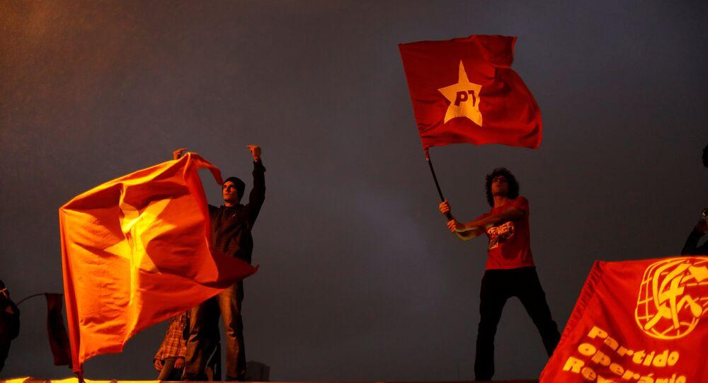 Manifestantes con banderas del Partido de de los Trabajadores