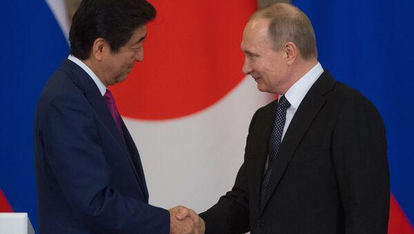 Primer ministro de Japón, Shinzo Abe con presidente de Rusia, Vladímir Putin - Sputnik Mundo