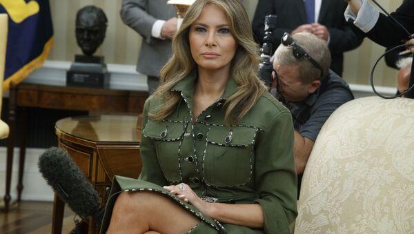 Melania Trump en la extravagante vestimenta de estilo militar - Sputnik Mundo