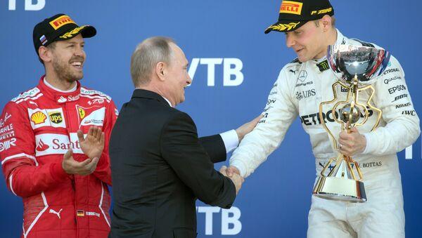 El presidente ruso Vladímir Putin asiste a la carrera de Fórmula 1 en Sochi - Sputnik Mundo