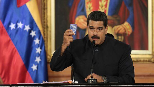 Nicolás Maduro, presidente de Venezuela, con una copia de la Constitución de Venezuela (archivo) - Sputnik Mundo