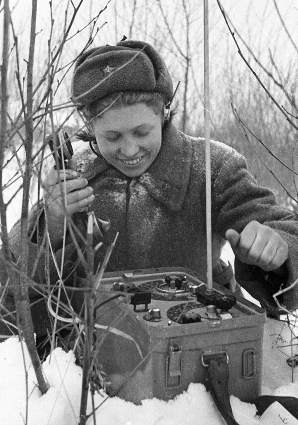 Operadoras de radio, guerrilleras y francotiradoras: el rostro femenino de la guerra - Sputnik Mundo