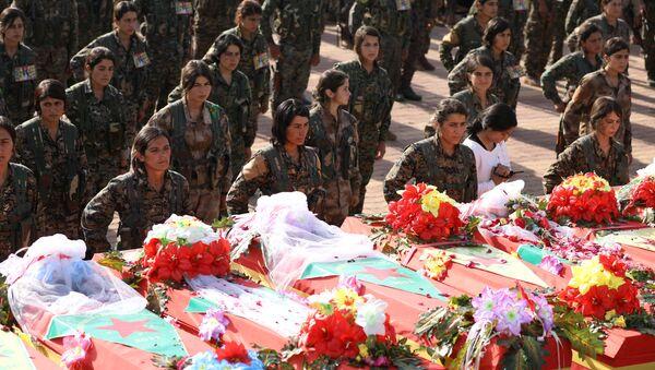 Combatientes de las Unidades de Protección del Pueblo Kurdo (YPG) se reúnen cerca de los ataúdes de otros combatientes durante su funeral - Sputnik Mundo