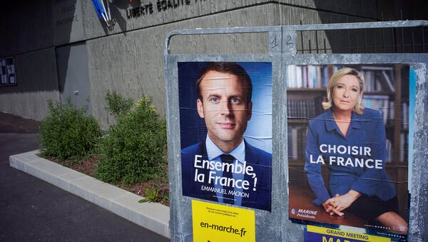 Los posters con Emmanuel Macron y Marine Le Pen, candidatos de las elecciones presidenciales en Francia - Sputnik Mundo