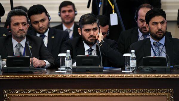 Los representantes de la oposición siria en Astaná con su negociador Mohamed Alush (en el centro) - Sputnik Mundo