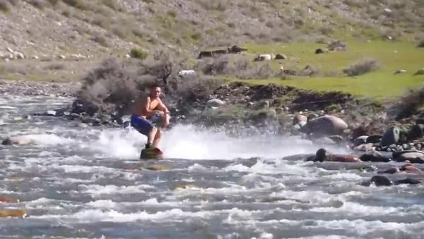 Un hombre inventa un nuevo deporte acuático con una tabla de esquí y ¿un caballo? - Sputnik Mundo