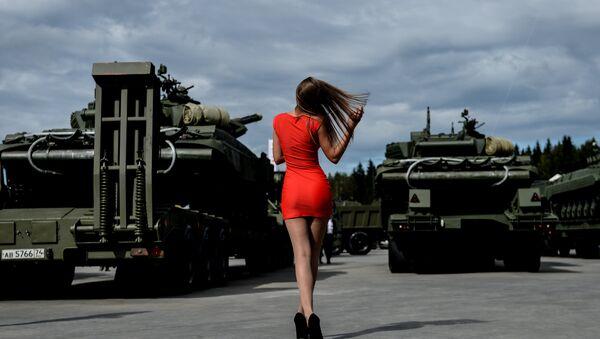 Una visitante del foro militar internacional Armya 2016 - Sputnik Mundo