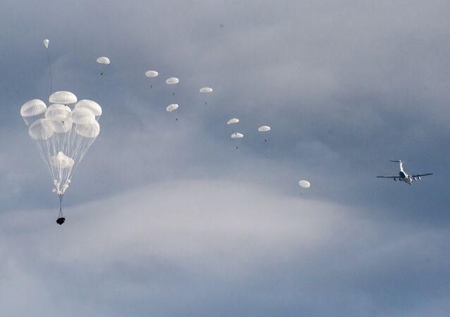 Desembarco masivo de paracaidistas rusos, bielorrusos y serbios durante las maniobras Hermandad Eslava (archivo)