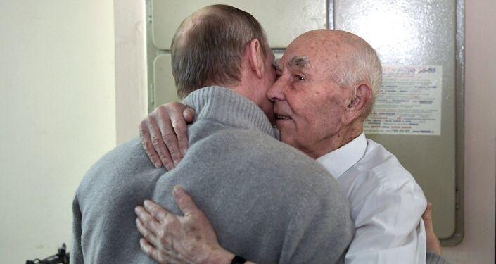 Putin visita a su exjefe del KGB