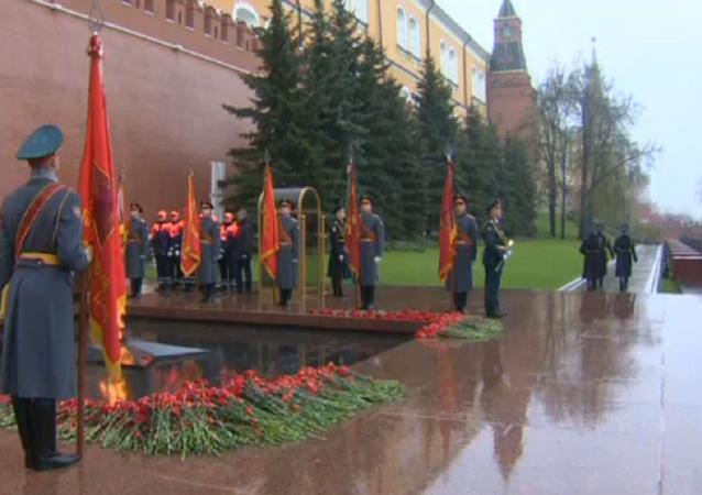 Ofrenda floral en la tumba del Soldado Desconocido en Moscú
