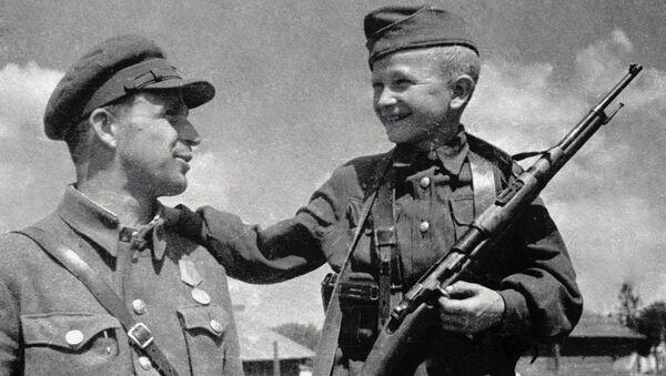 Un soldado soviético con su hijo - Sputnik Mundo