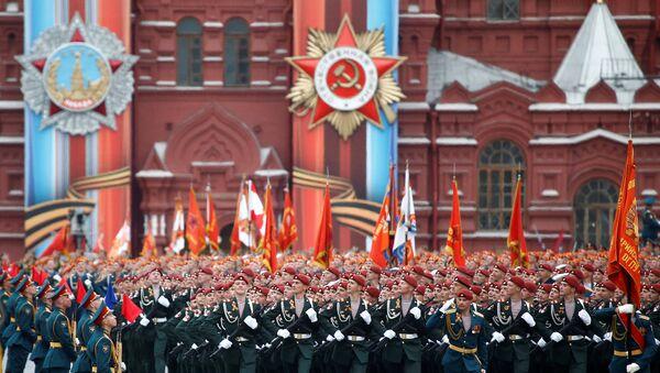 Soldados marchan en la Plaza Roja con motivo de las celebraciones del Día de la Victoria - Sputnik Mundo