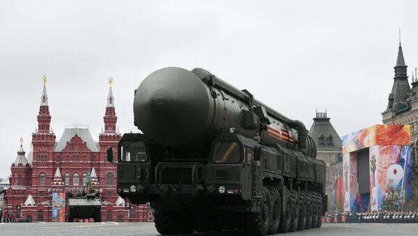 Sistema de misiles balísticos RS-24 Yars durante el desfile del Día de la Victoria en la Plaza Roja de Moscú - Sputnik Mundo