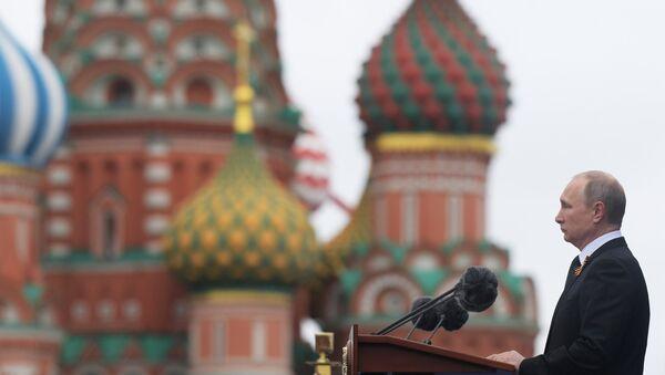 El presidente ruso, Vladímir Putin, en el desfile militar en la Plaza Roja de Moscú, el 9 de mayo de 2017 - Sputnik Mundo