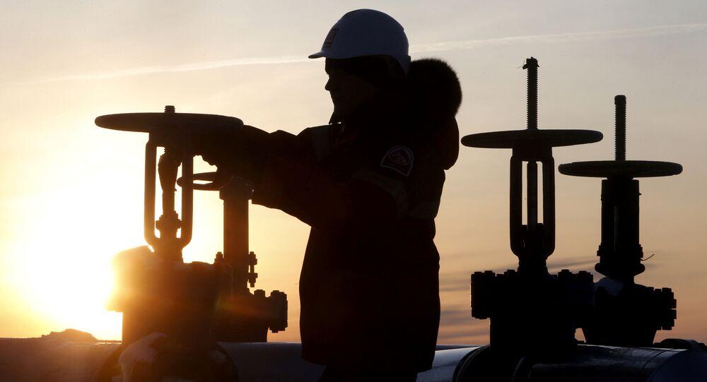 Un obrero revisa la válvula de un tubo de petróleo (archivo)