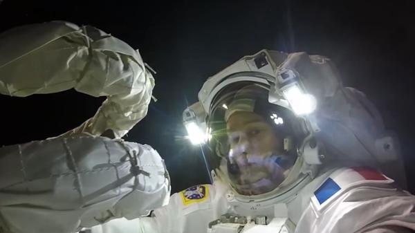 Thomas Pesquet durante su paseo espacial en la Estación Espacial Internacional - Sputnik Mundo