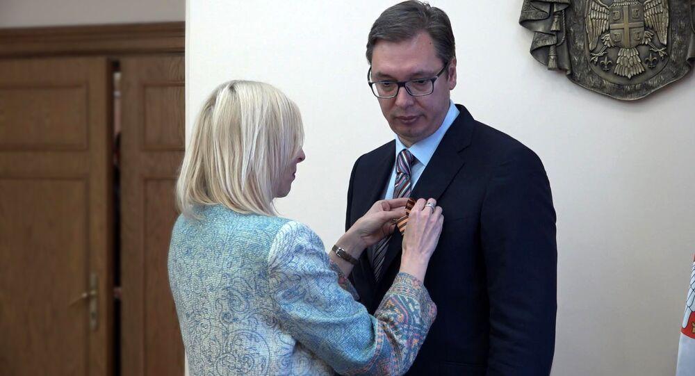 Sputnik entrega la cinta de San Jorge al presidente de Serbia, Aleksandr Vucic