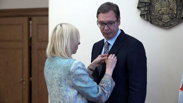 Sputnik entrega la cinta de San Jorge al presidente de Serbia, Aleksandr Vucic - Sputnik Mundo