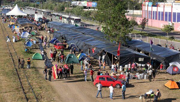 Campamento de partidarios del expresidente Luiz Inácio Lula da Silva en Curitiba, Brasil - Sputnik Mundo