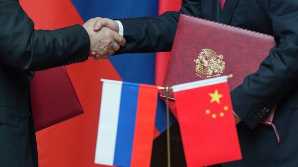Las banderas de Rusia y China (archivo) - Sputnik Mundo