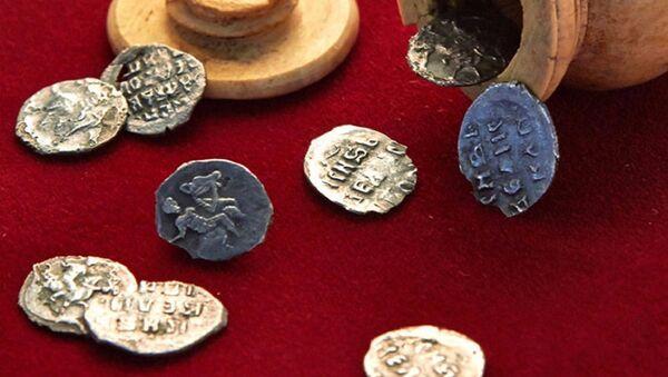 Monedas del siglo XVI halladas en Moscú - Sputnik Mundo