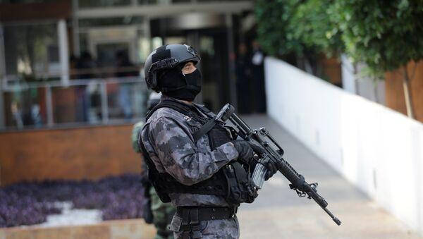 Un policía mexicano - Sputnik Mundo