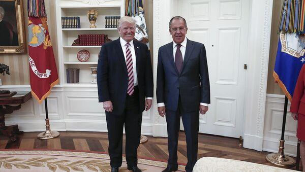 El presidente de EEUU, Donald Trump, y el canciller ruso Serguéi Lavrov - Sputnik Mundo