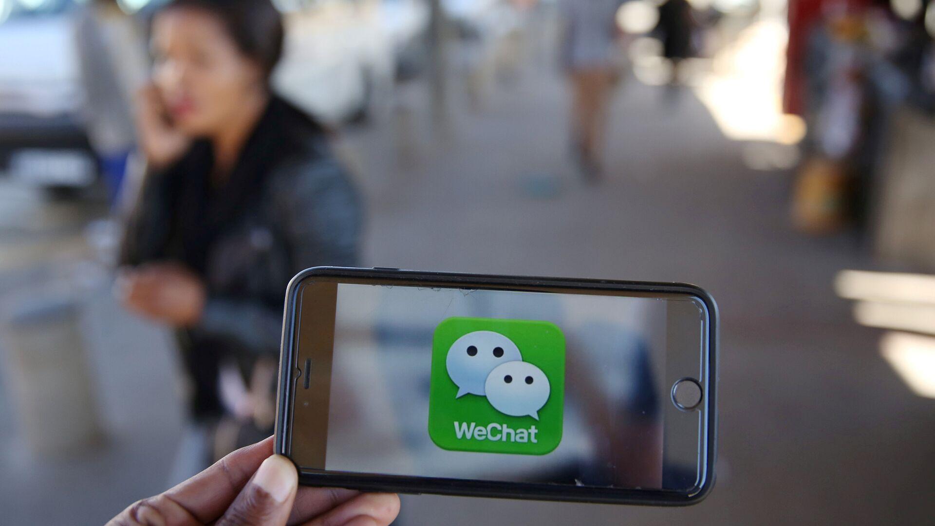 Un logotipo de WeChat se muestra en un teléfono móvil - Sputnik Mundo, 1920, 26.04.2021