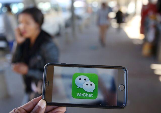 Un logotipo de WeChat se muestra en un teléfono móvil