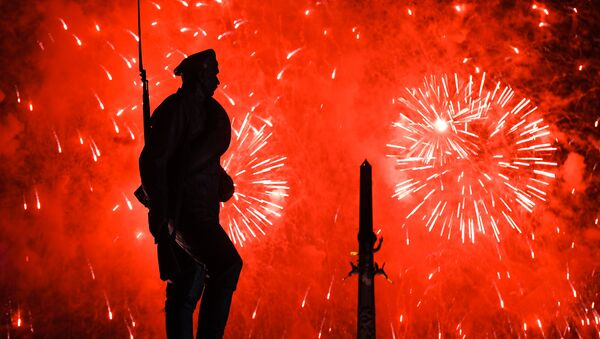 Los fuegos artificiales en el parque de la Victoria de Moscú dedicados al 72º aniversario de la victoria de la URSS sobre la Alemania nazi - Sputnik Mundo