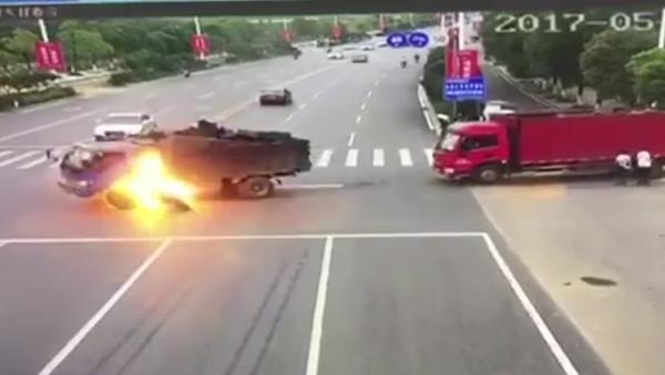 Fuertes imágenes de un aparatoso accidente en China - Sputnik Mundo