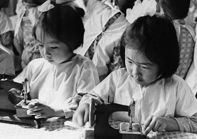 Niñas coreanas en la escuela durante la época de la URSS