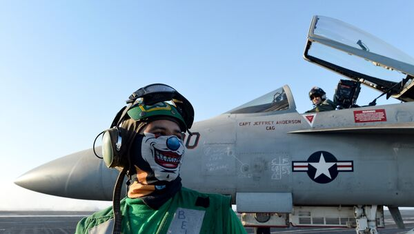 Un avión An F/A-18E Super Hornet a bordo de un portaviones de EEUU en el mar Mediterráneo (archivo) - Sputnik Mundo