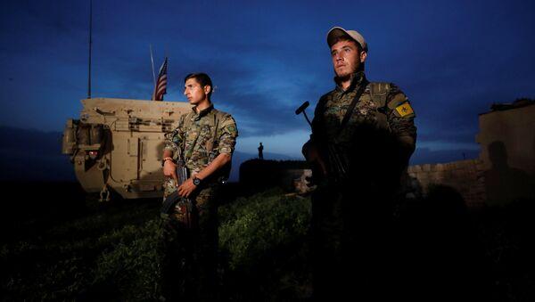 Los kurdos de YPG cerca del vehículo militar de EEUU - Sputnik Mundo